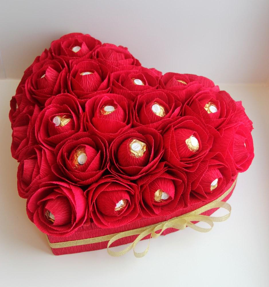 Подарок из конфет в форме сердца