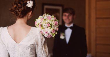 Подарок от невесты на свадебном торжестве