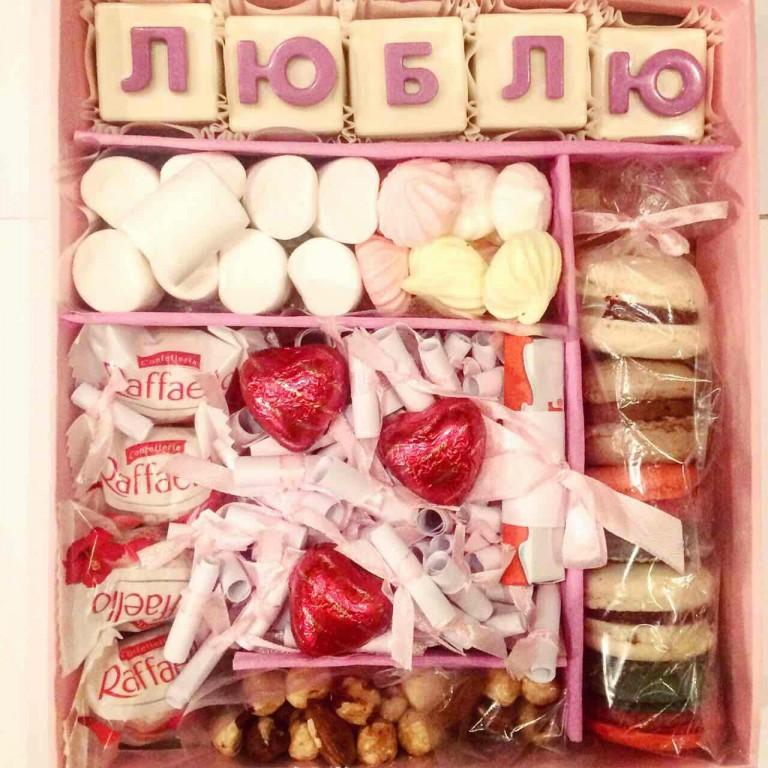 конфеты девушке на Новый год