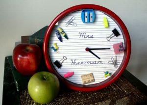 Школьники могут сделать для учителя часы, которые украсят класс