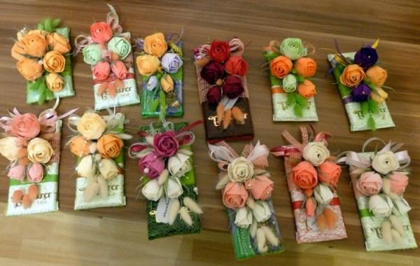 цветы и лента на шоколаде