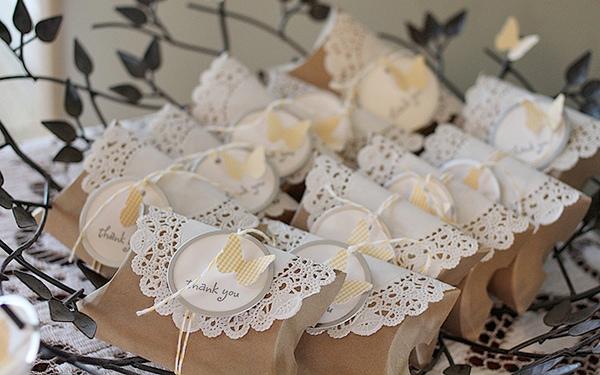 Подарки лучше упаковать в оригинальную коробочку - это стильно и красиво