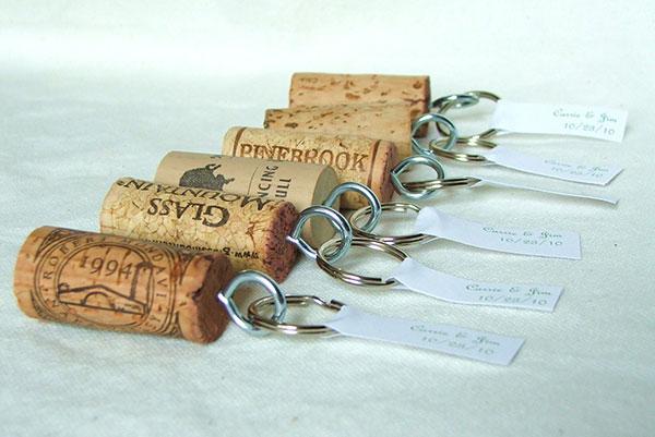 Подарок можно создать прямо на свадьбе, сделав из пробки от вина уникальный брелок