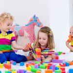 Развивающие игрушки, например, деревянный конструктор, нравятся всем детям