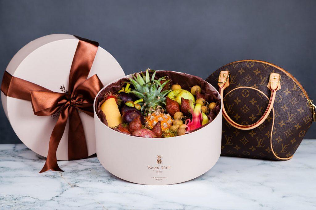Коробка с экзотическими фруктами