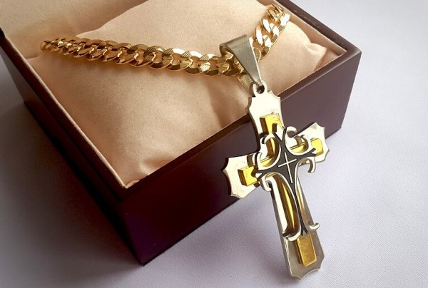 Можно ли дарить крестик на день рождения: приметы и суеверия