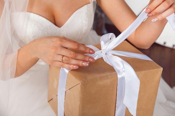 Оригинальное вручение подарка на свадьбу