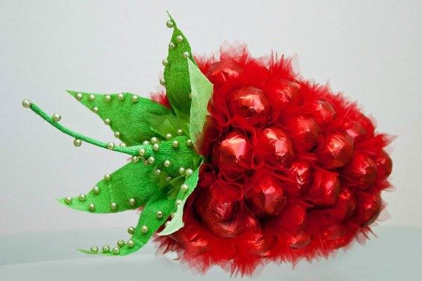 ягода из конфет