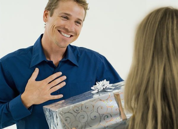 Что подарить мужу подруги на день рождения
