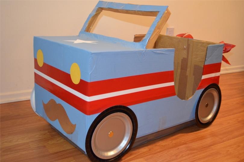 Маленькому мальчишке понравится машинка