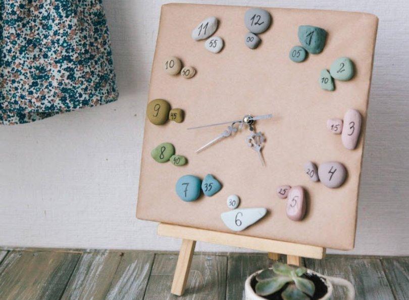 Часы из бумаги и морских камней