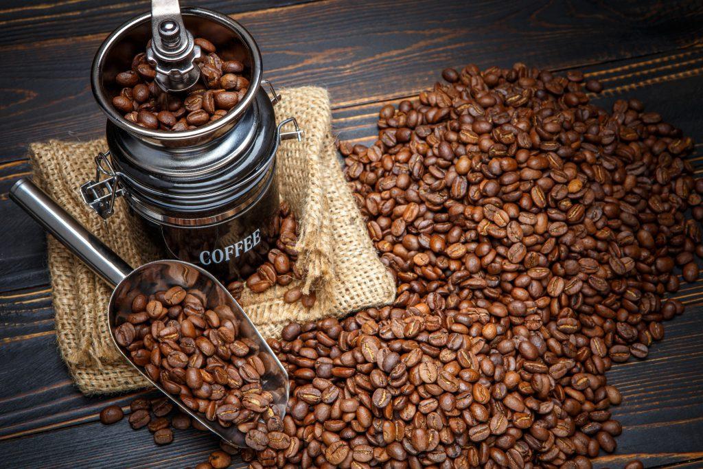 кофемолка и кофе