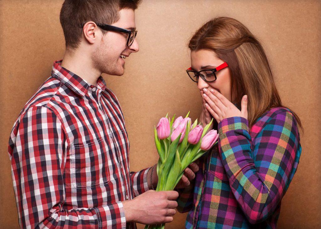 База, цветы не в подарить девушке