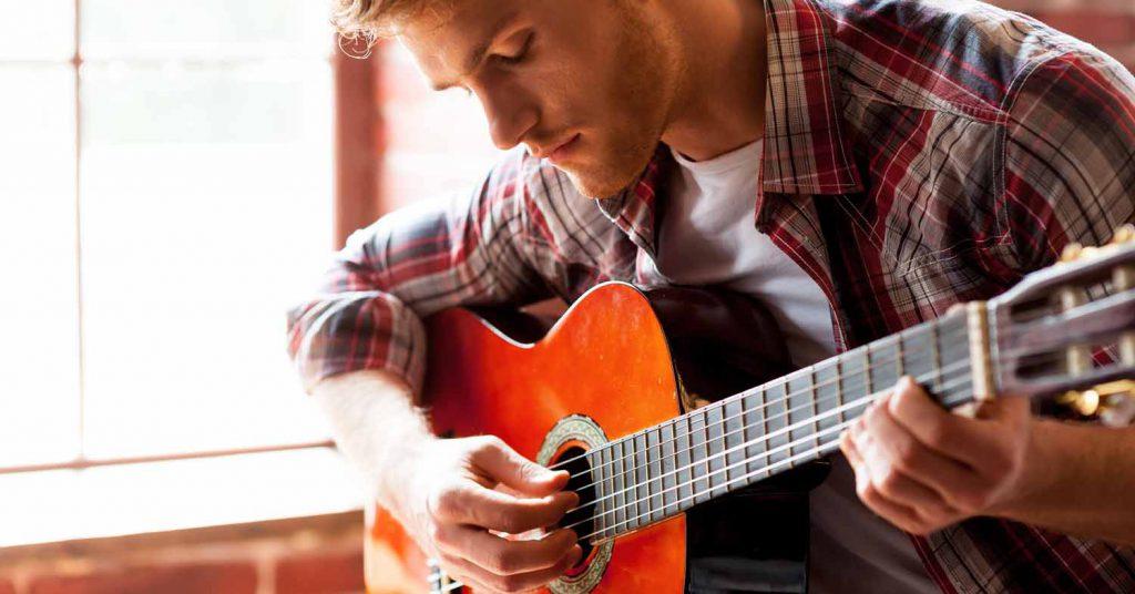 на гитаре игра