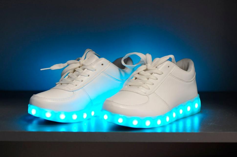 Кроссовки с подсветкой в подарок