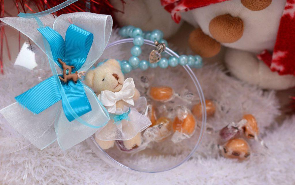 конфетки и игрушечки в шарике