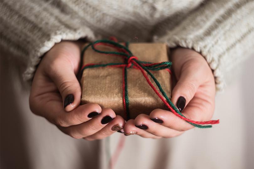 передаривать подарки