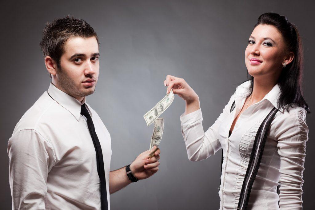 женщина тянет деньги из мужчины