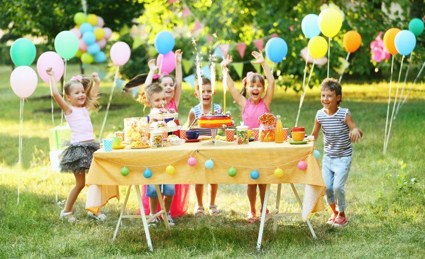 Праздничный торт и веселые друзья