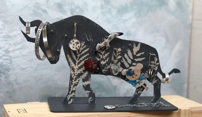 Держатель для украшений в виде быка