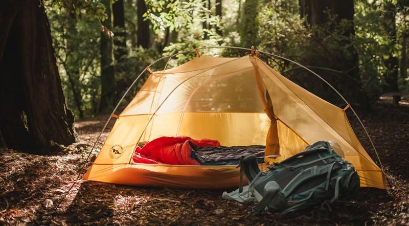 Палатка и спальный мешок
