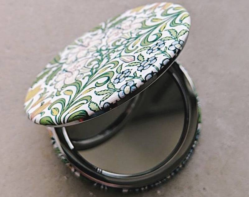 Красивое карманное зеркало