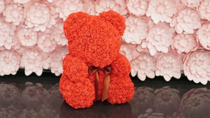 Милый Тедди из ромашек, роз или хризантем