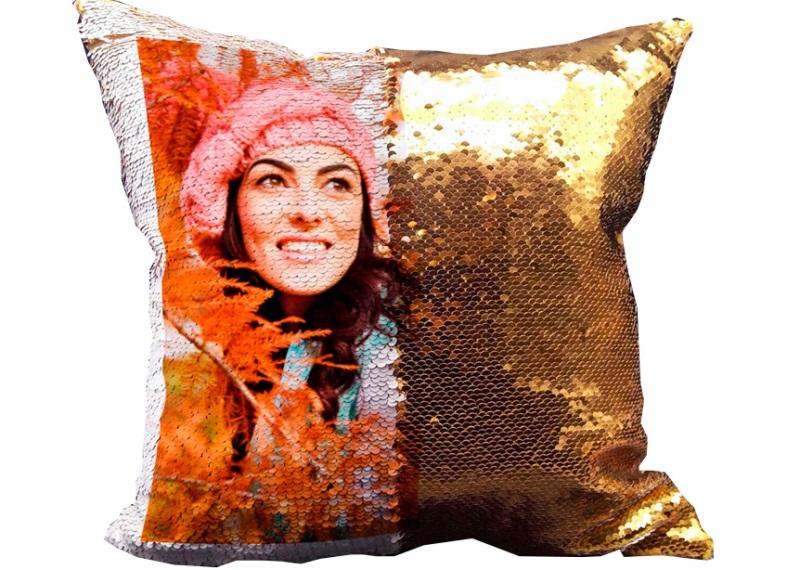 Один из необычных вариантов оформления диванной подушки – хамелеон с пайетками