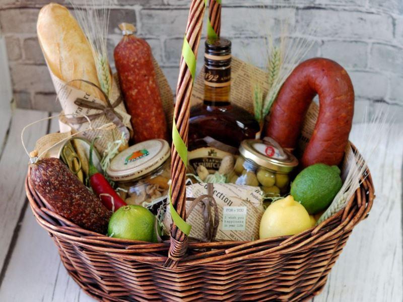 Вкусные деликатесы в корзине
