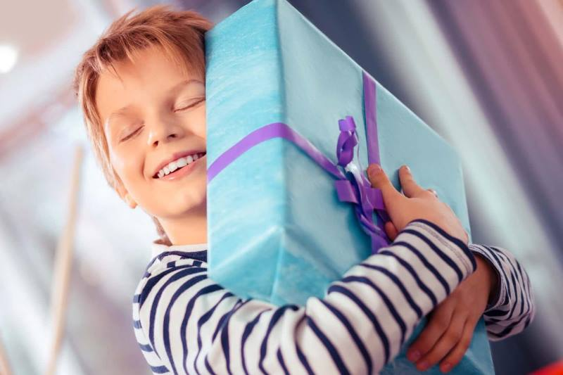 Ребенок ожидает получить хороший подарок