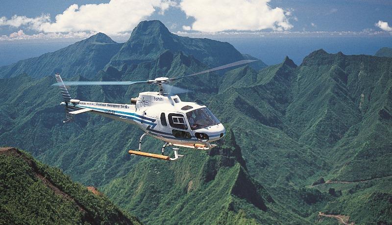 Полет на вертолете над красивой местностью